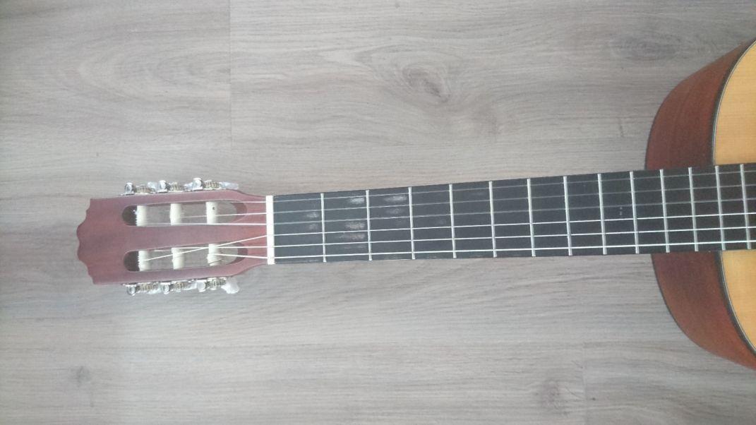 Hier das Griffbrett einer Konzertgitarre