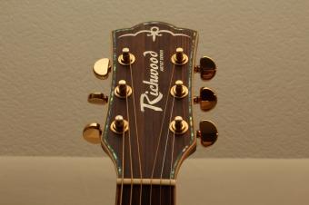 Wirkklich schöne und aufwendige Kopfplatte einer Richwood RD 28 CE, mit mehrfarbigem Abalone und goldenen Grover-Mechaniken...