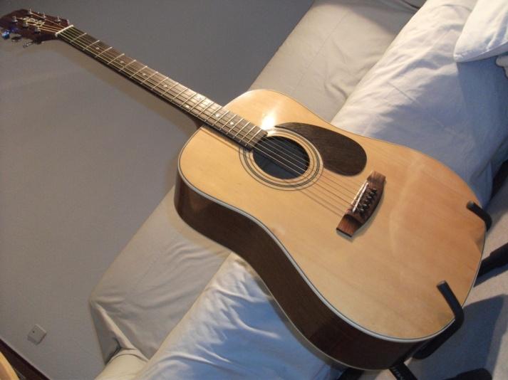 So sieht eine sehr vernachlässigte Vester VDN 115 aus, wenn man ihr ein bißchen Aufmerksamkeit widmet - und ein Pickguard aus Räuchereiche. Als Gitarre nichts besonderes -Vollaminat mit semi-closed Mechanik.