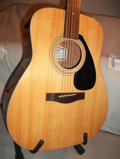 Dann mal wieder eine Yamaha mit massiver Fichtendecke: FG 36 SA, hervorragende Einsteigergitarre mit geringerer Stückzahl und aufwendiger, als für die schlichte F-Serie üblich.