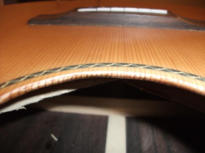 Unsauber verarbeitet - Sicht auf die massive Holzstruktur der Decke