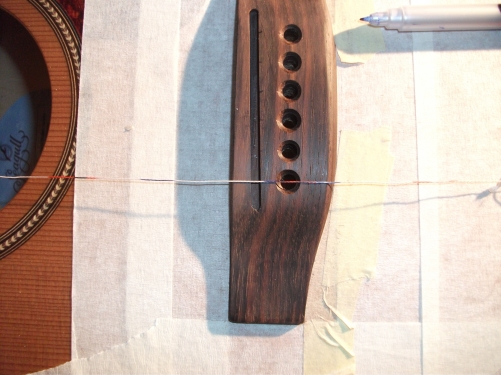 ... einem Faden die Position der Stringramps auf dem Steg markiert.